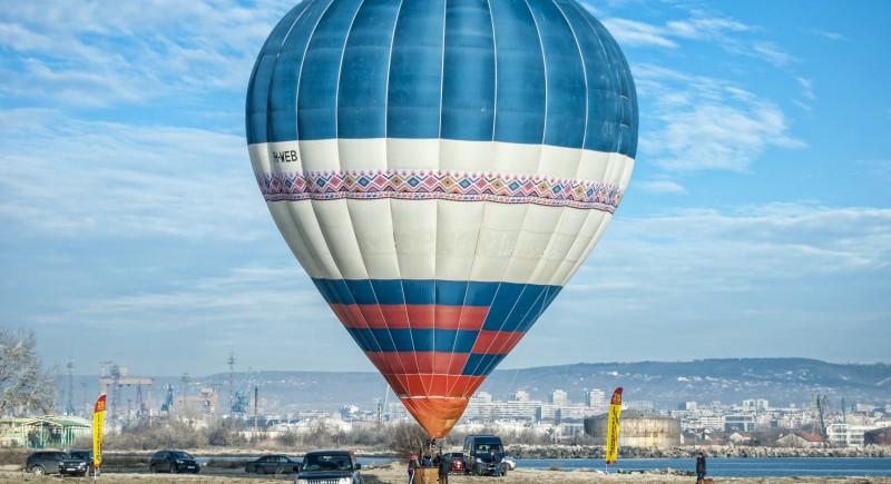 Огромен топловъздушен балон и невероятна гледка от плаж Аспарухово към град Варна