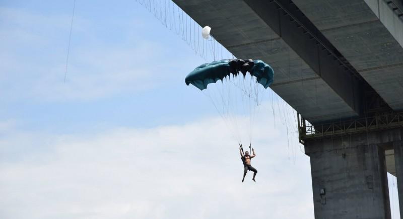 Адреналин ентусиаст изпълнява Бейс Джъмпинг на Аспарухов мост, България.